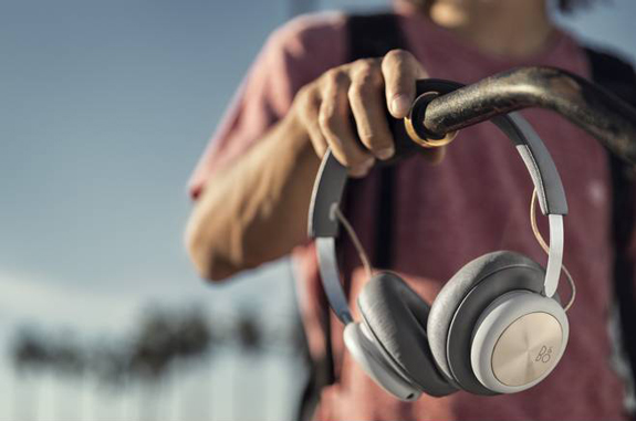 beoplay h4 charcoal grey lifestyle 3 jpg egdetail